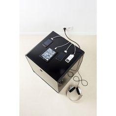 Small Elephant Charge Box : un cube de rangement spécialement conçu pour les branchements électr(on)iques - la table de nuit idéale pour les geeks et les surfers en chambre !