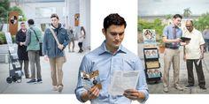 Um jovem segura em uma mão uma petição para o serviço de tempo integral e na outra um panfleto de uma universidade