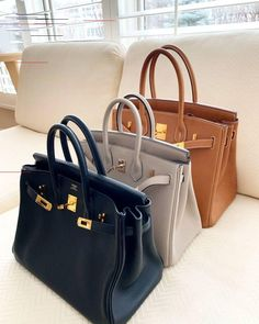 Find tips and tricks, amazing ideas for Hermes handbags. Discover and try out new things about Hermes handbags site Bolso Birkin Hermes, Birkin 25, Hermes Bags, Hermes Handbags, Fashion Handbags, Purses And Handbags, Fashion Bags, Fashion Purses, Hermes Birkin Bag