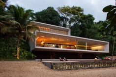Paraty House's two reinforced concrete boxes, sit atop each other, connected on the mountainside of one of the islands of the colonial city of Paraty and Angra dos Reis (between São Paulo and Rio de Janeiro), like two modern prisms between the large colossal stones of the Brazilian coast.