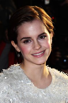 Cute simple daily short hairstyle for women from Emma Watson. We have only a single word to describe Emma Watson's look for the film premiere of My Week with Marilyn: Adorable! Well, actually more than just one word… Smart, because combing her hair back reveals her wonderful, warm brown eyes and sweet smile. Unpretentious, because …