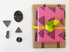Papel de regalo estampado con sellos #stamps