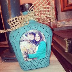 crown bottle DIY upcycle craft to picture frame royal bottle crafts Decorative Bottles : Frame a picture of you and your loved one. Get creative, make the frame yourself. Alcohol Bottle Crafts, Glass Bottle Crafts, Alcohol Bottles, Liquor Bottles, Glass Bottles, Vodka Bottle, Wine Bottle Art, Diy Bottle, Crown Royal Bottle