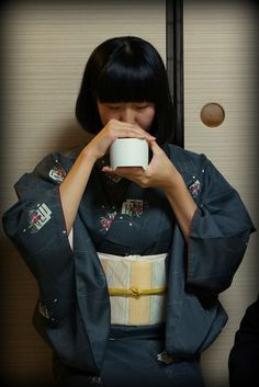 Mariko listens to the incense- in Japanese literally one listens rather than smells the incense