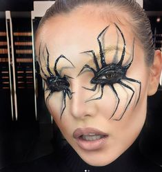 Are you looking for inspiration for your Halloween make-up? Check out the post right here for creepy Halloween makeup looks. Yeux Halloween, Halloween Eye Makeup, Halloween Makeup Looks, Halloween Party, Halloween Ideas, Halloween Halloween, Facepaint Halloween, Spider Halloween Costume, Halloween Face Paintings
