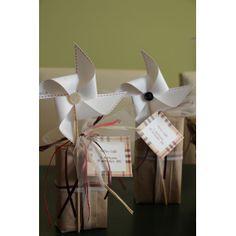 girandole di cartoncino con mome del bimbo accompagnano confetti e regalini per ospiti