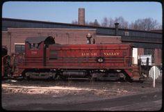 Slide-Lehigh Valley LV 266 at Bethlehem Pa 1976 Bethlehem Pa, Pennsylvania Railroad, Train Pictures, Old Trains, Rolling Stock, Lehigh Valley, General Motors, Locomotive, Grand Prix