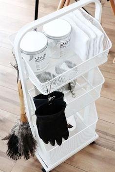 そして更なる注目ポイントは、ホウキとフェザーの後ろに置かれたニトリのベジタブルストッカーです。こちらにはエアコンの洗浄剤やガラス洗剤が収納され、お掃除の時にはワゴンのまま運び出せます。本当に必要な物だけを厳選して、見せる・見せないのメリハリをつけて収納されているそうです☆