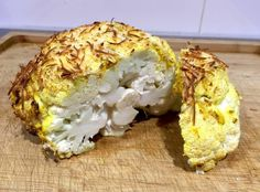 Si vas a cenar esta noche coliflor, te invitamos a que pruebas esta idea que comparten desde el blog DULCE MUFFIN. Se cocina entera en el horno, pero no tal cual, sino que antes de introducirla en el mismo, se recubre de una exquisita mezcla de especias y de queso rallado que le dará el toque crujiente perfecto al gratinarse.