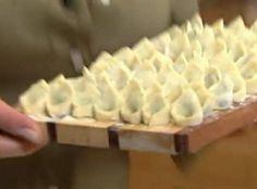 Mąkę zaparzyć gorącą wodą. Dodać jajko i szczyptę soli. Wyrobić. Rozwałkować bardzo cienko (dużo cieniej niż na pierogi). Wyciąć niewielkie kwadraciki, nałożyć farsz, skleić.