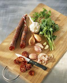Recette Moules au chorizo :  1/ Nettoyez les moules et retirez celles qui ne se referment pas. 2/ Émincez les oignons et coupez le chorizo en rondelles.3/ Dans un faitout, faites revenir les oignons dans un peu d'huile d'olive, ajoutez le chorizo et remuez.4/ Ajoutez les moules et arrosez-les de ...