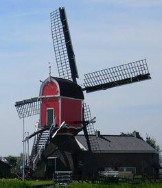 de Rooie wip is voor de bemaling van de Gemenewegsepolder, waarbij hij een kleinere molen uit 1567 op een andere plaats verving. De molen, die werd gebouwd naar het voorbeeld van de Groenendijkse Molen, werd op 2 juni 1639 opgeleverd.