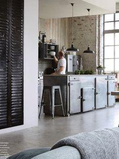 wow, deze keuken vind ik echt mooi, stoer, robuust.. misschien ietsjes kleur erbij door accesoires