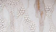 L'artiste de Chicago Anca Gray fait des oeuvres en assemblant sur une toile comme un puzzle les morceaux de dizaines de coquilles d'oeufs peintes en blanc.