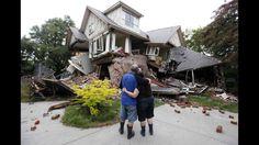 Murray y James Kelly le dan un vistazo a su casa destruida en el centro de Christchurch, Nueva Zelanda, el 23 de febrero después de un sismo de 6,3 terremoto.