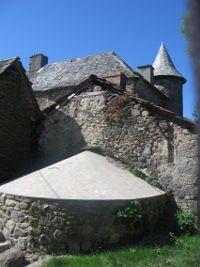 Les toitures du castel de Taussac, avec en fond la ligne élancée de la tour maîtresse.