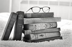 Pile de livres et lunettes