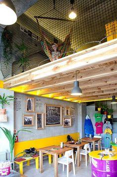 Hlavnými materiálmi v interiéri sú drevo, oceľ a betón #ASB #interior #design #pub
