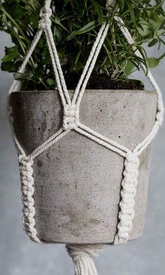 Makramee-amppeli – opettele solmutekniikka ja tee trendikäs naruamppeli! | Meillä kotona Plant Hanger, Macrame, Planter Pots, Diy, Handmade, Decor, Croissant, Gardening, Branches