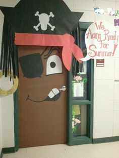 A pirate door for the library on national talk like a pirate day Une porte pirate pour la bibliothèq Classroom Door, Classroom Displays, Classroom Themes, Eyfs Classroom, Decoration Pirate, Decoration Creche, Board Decoration, Deco Pirate, Pirate Theme