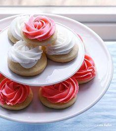 Rosa galletas son un poco más fácil, pero igual de bonito. | 14 Delicious And Charming Reasons To Throw A Kentucky Derby Party