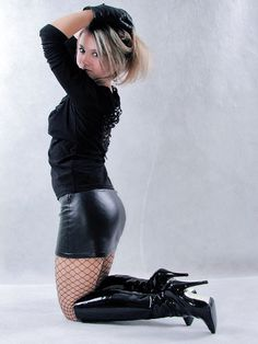 mini skirts and sexy legs Leather Dresses, Leather Mini Skirts, Leather Skirt, Sexy Outfits, Sexy Stiefel, Vinyl Mini Skirt, Belle Silhouette, Look Fashion, Womens Fashion