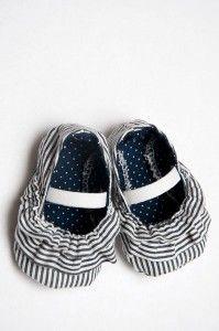 Nos encantan las manualidades para bebés porque siempre encontramos propuestas interesantes. Paso a paso te enseñamos cómo hacer zapatos de tela. ¡Busca el estampado más mono y empieza a confeccionarlos!