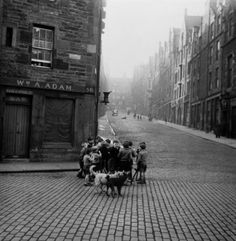 Werner Bischof, Edinburgh, Scotland, 1950 the night picture collector War Photography, History Of Photography, Vintage Photography, Street Photography, White Photography, Zurich, Old Photos, Vintage Photos, Night Pictures