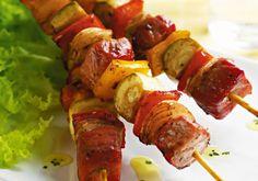 Sirva os espetinhos mistos assados, de frango e carne suína, como opção diferente e prática para o almoço.