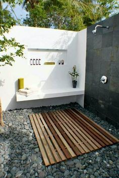 You have probably seen outdoor shower enclosures and have dreamt of having one in your own backyard; it is really easy to make one as long as you have the right materials for the shower design. Since outdoor shower enclosures Outdoor Baths, Outdoor Bathrooms, Outdoor Kitchens, Outdoor Toilet, Outdoor Rooms, Modern Spanish Decor, Outside Showers, Outdoor Showers, Outdoor Shower Enclosure