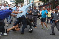 Militantes a favor e contra o ex-presidente Lula brigam na avenida Getúlio Vargas, no bairro Baeta Neves, em São Bernardo do Campo (SP). Foto: Clayton de Souza/Estadão