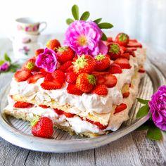 Britakakun salaisuutena on pohjan kerroksellisuus: mehevän sokerikakkupohjan ja rapean marengin yhdistelmä. Rahkalla maustettu kerma ei vaadi kaverikseen kuin tuoreet mansikat tai hedelmät ja täydellinen kesäkakku on siinä! Finland Food, Happy Foods, Piece Of Cakes, Yummy Cakes, Food Inspiration, Sweet Tooth, Cheesecake, Vegan Recipes, Deserts