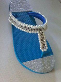 Hasil gambar untuk havaianas decoradas com perola Flip Flop Craft, Flip Or Flop, Flip Flop Shoes, Fabric Flip Flops, Shoe Makeover, Decorating Flip Flops, Beaded Shoes, How To Make Shoes, Designer Shoes