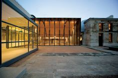 Built by FJMT in Sydney, Australia with date 2009. Images by John Gollings. The Mint Project is the transformation of one of Sydney's oldest and most precious historical sites on Macquarie Stre...