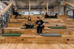 WeWork, a popular coworking startup that leases out offices to other innovative startups, freelancers and creatives recently opened another coworking Tiered Seating, New York Office, Office Inspo, Workplace Design, Coworking Space, New York City, Innovation, Studio, Pears