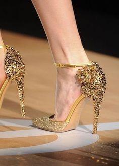 Sparkly jeweled gold heels - so glamorous #wedding #shoes #gold #goldwedding #blacktie