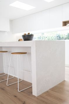 Kinwolf Projects is a design and renovation company and for their latest project, their kitchen featured the stunning Caesarstone Cloudburst Concrete. Elegant Kitchen Design, Kitchen Builder, Kitchen Remodel, Kitchen Benchtops, Kitchen Design, White Modern Kitchen, Home Decor Kitchen, Kitchen Interior, Home Decor