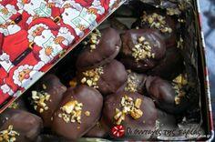 Τα μελομακάρονα με σοκολάτα ετοιμάζονται βάσει απλής και δοκιμασμένης συνταγής, μελώνονται δεόντως και κατόπιν ρίχνονται στο μπάνιο με την σοκολάτα (σε μπεν-μαρί) για την επικάλυψη!