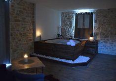 Chambre romantique avec jacuzzi privatif, proche Toulon | Jacuzzi ...