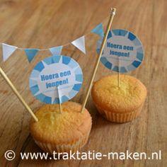 Traktatie Hoera een jongen - Hoera een jongen traktatie zelf maken. Babyshower, Cupcake, Desserts, Food, Tailgate Desserts, Shower Baby, Baby Shower, Cup Cakes, Dessert