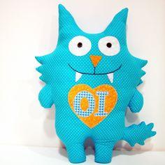 Monstrinho azul para decoração, presentear, brincar ... <br>Feito em tecido 100% <br>Cerca de 14 cm de altura <br>Possível fazer em diversas cores, conforme escolha do cliente. <br>Produto sob encomenda, podem haver pequenas variações de estampas.