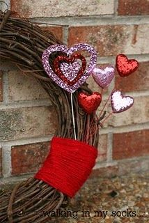 Another wreath. I like the simplicity of this one, though. Valentine's is a bit of an overboard holiday by nature. This is a beautiful break from that. Valentine Day Wreaths, Valentines Day, Wreath Ideas, Fun Projects, Hearts, Diy Crafts, Holidays, Create, Handmade Gifts