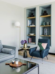 Built in shelves – blue hues and gold - made in wood - design by Valentine Bärg Architectures Living Room Modern, Living Room Designs, Living Rooms, Bookshelves, Bookcase, Villa, Built In Shelves, Wood Design, Decoration