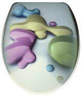 Ausgefallener WC-Sitz bedruckt mit Motiv von pastellfarbenen Farbklecksen aus MDF mit verstellbarer Befestigung aus verchromten Metall, die Absenkautomatik ist aus ABS-Kunststoff. Das Motiv ist auf der Deckeloberseite und -unterseite, der Ring ist weiß. Gesehen für € 68,90 bei kloundco.de.