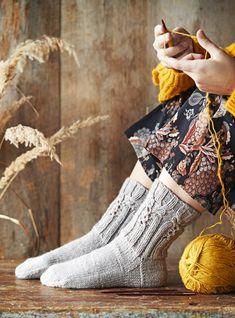 Käsityöt tuovat iloa - katso tästä ihana ja ilmainen sukkaohje kotipäivien piristykseksi! | Kodin Kuvalehti Knitting Socks, Hand Knitting, Fingerless Gloves, Arm Warmers, Mittens, Diy And Crafts, Knit Crochet, Stylish, Pattern