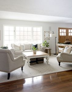 Farmhouse Living Room Furniture Layout - Farmhouse Living Room Furniture Layout Do you need a change of pace but don't want to break the bank? Change up your layout! Today I'm sharing ways to style farmhouse living room furniture! Farmhouse Living Room Furniture, Living Room Furniture Layout, Living Room Modern, My Living Room, Living Room Designs, Home Furniture, Living Room Decor, Furniture Design, Antique Furniture