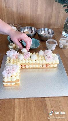 Cake Decorating Frosting, Cake Decorating Designs, Cake Decorating Techniques, Cake Designs, Number Birthday Cakes, Pretty Birthday Cakes, Number Cakes, Fun Baking Recipes, Sweet Recipes