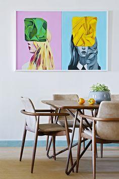 Arty - AD España, © Asier Rua Mesa de comedor Boavista y sillas Lapis de Varaschin. Cuadro de la pintora Lorena García Mateu. Foto Asier Rua