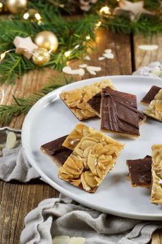 Florentiner Rezept Leckere Florentiner Kekse als Weihnachtskekse. //Sweets & Lifestyle The post Florentiner Kekse appeared first on CLASS Dessert. Chocolate Cookie Recipes, Easy Cookie Recipes, Snack Recipes, Snacks, Florentines Recipe, Christmas Biscuits, Cake Mix Recipes, Christmas Desserts, Christmas Cookies