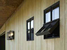 Poolhouse in eik met zwarte ramen | Bogarden Interior Windows, Interior And Exterior, Steel Doors And Windows, Pool Houses, Residential Architecture, Wood Design, Interior Design Inspiration, Future House, Beautiful Homes